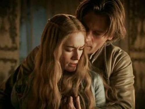 Ao lado do corpo de Joffrey, Jamie seduz a amante e acaba forçando a relação sexual Divulgação