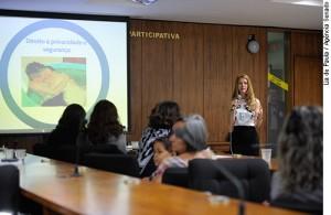 Pauta: Procuradoria da mulher: Quintas Femininas debate trabalho das parteiras tradicionais. Enfermeira da Câmara dos Deputados Doula, Juliana Resende em discurso.