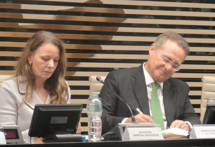 Vanessa Grazziotin e Renan Calheiros defendem maior representação das mulheres no Congresso (Foto: Jacira Melo)