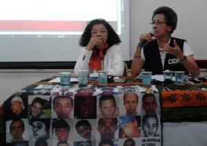 Margarette Macaulay fala. À frente da mesa, lenço colocado à frente mostra imagens de mortos nos Crimes de Maio (crédito: Luciana Araújo).