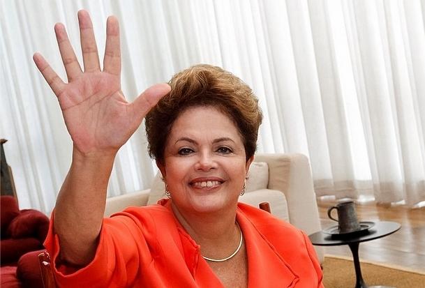 Dilma mandou um high five para os internautas, durante bate-papo que discutiu o Marco Civil da Internet (Foto: Roberto Stuckert Filho/PR)
