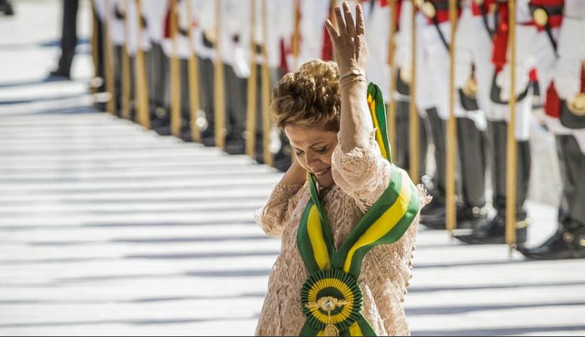 Dilma Rousseff põe a faixa presidencial (Foto: Eduardo Anizelli/Folhapress)