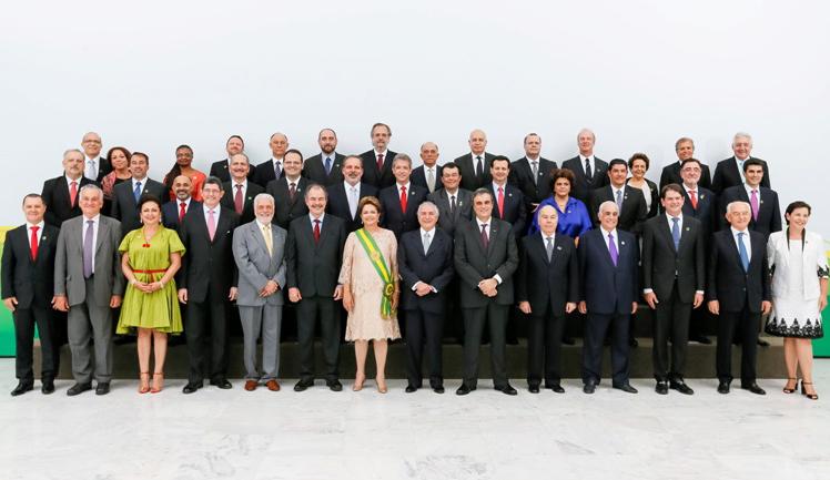 A presidenta Dilma Rousseff à frente de sua equipe de 39 ministros (Foto: Roberto Stuckert Filho/PR)